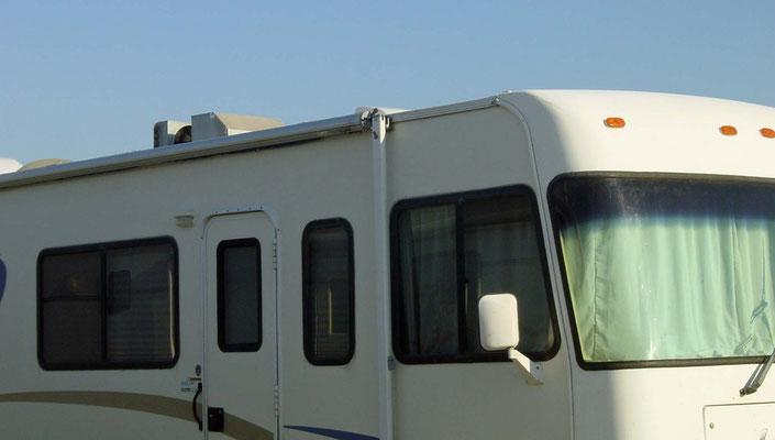 Lazy Days RV Park, Bowie, Texas; die Plastik-AC-Abdeckung auf dem Dach ist abgerissen