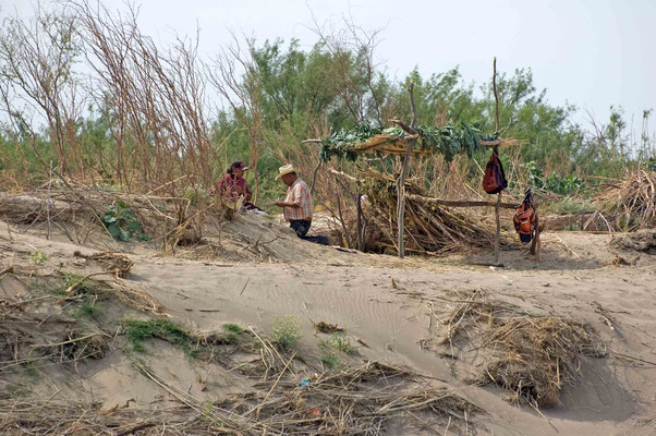 Mexikaner am Ufer des Rio Grande