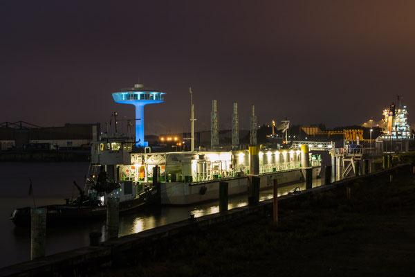 LNG und Hafen bei Nacht