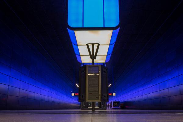 Blaue Stunde in der U-Bahnstation
