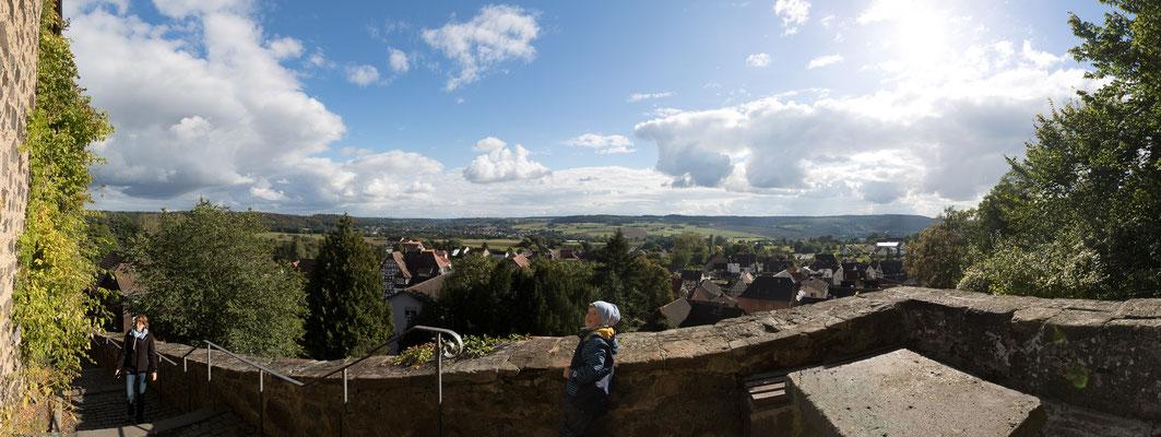 Panorama mit Blick ins Lumdatal und auf den alten Ortskern von Nordeck