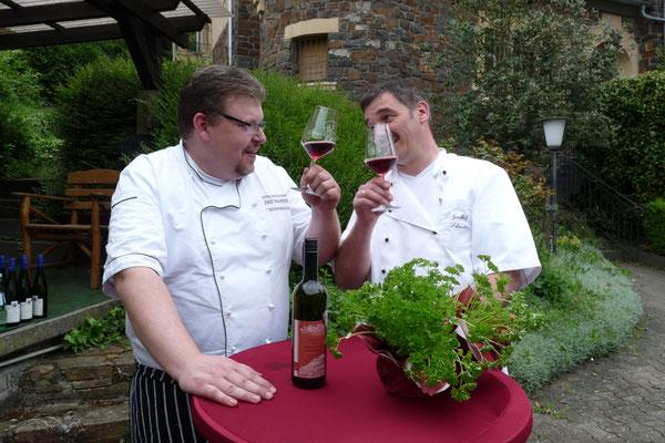 Die beiden Gastronomen Thorsten Schambach und Holger Altenkirch stoßen damit auf den Erfolg der Kräuterwirte-Aktionen an, die es seit 2015 gibt.