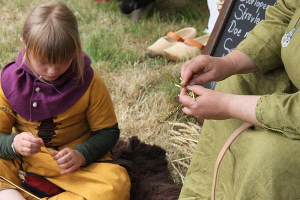 Grote en kleine handen leren strovlechten