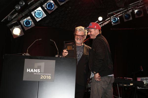Sven Bünger übergibt den Preis an Nico Gundel
