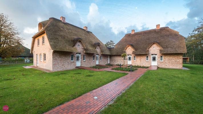 Neubau von zwei Wohnhäusern unter Reet mit jeweils zwei Wohnungen