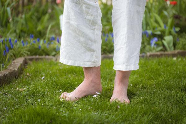 Erspüren des Grases mit den Fußsohlen