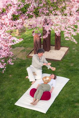 Klangschalenmassage im Garten mit Dieter Monsieur