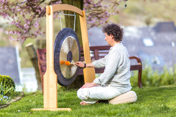 Dieter Monsieur spielt Gong im Garten