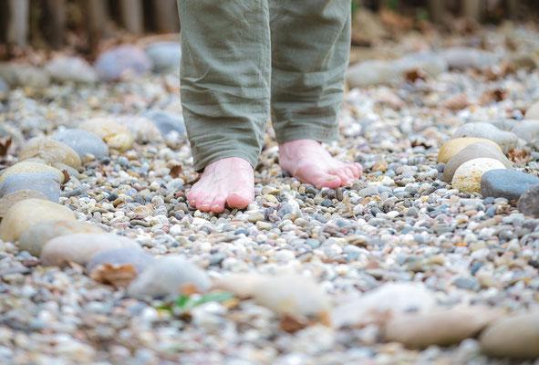 Mit den Füßen die Natur erspüren, Gehmeditation im Steinkreis