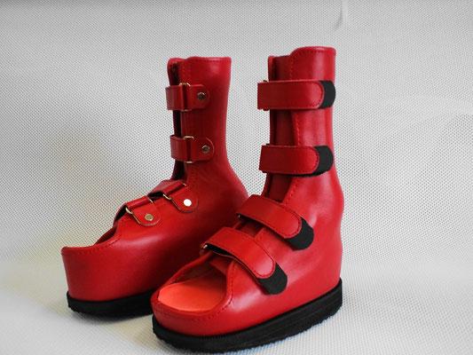 小児麻痺の方の、オーダーメイド靴型装具(赤)