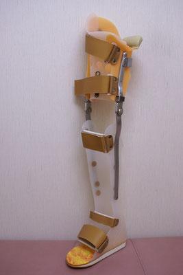トーマスと呼ばれる 長下肢装具。これは肌色ですが、黒も選べます!