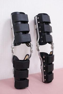オーダーメイドの両膝装具(ダイヤルロック付)