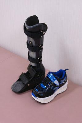 短下肢装具 PTB式(黒) 靴付 ユーザーさんは小学生