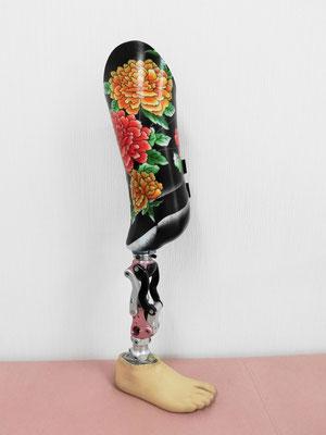 黒と鮮やかな花柄が綺麗に入ったソケット。