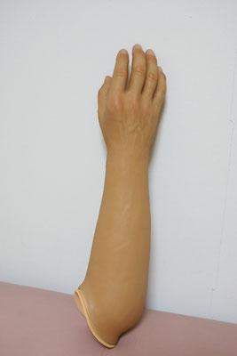 装飾用前腕義手(男性ユーザー)。浮き出た血管など、とってもリアル。