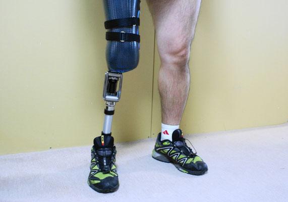 膝義足 フォーム(スポンジ)なし。ソケットはカーボン使用。