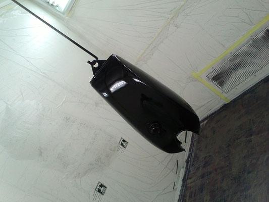 Laquage d'un réservoir de moto réalisé dans la cabine de notre atelier à Toulouse