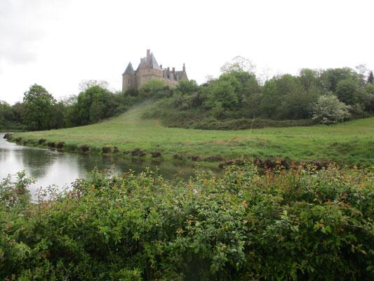 Au bord du Moulin et son château en toile de fond