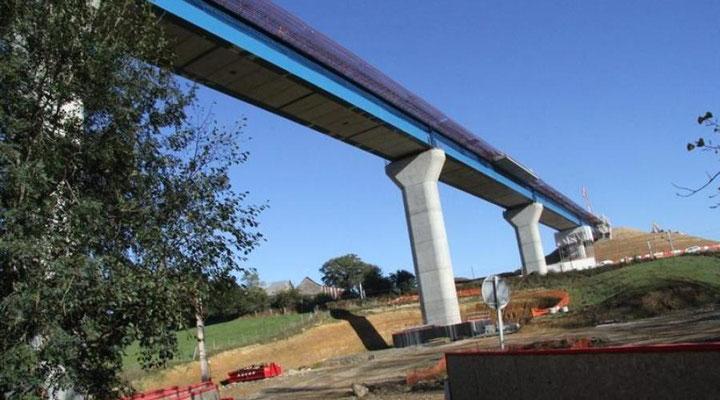 Viaduc dans la vallée du Vicoin en cours de construction (photo archive Ouest France, octobre 2013)