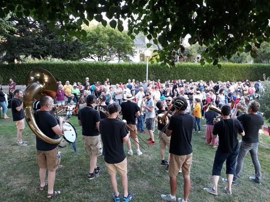 15 musiciens ont enthousiamés les 200 spectateurs