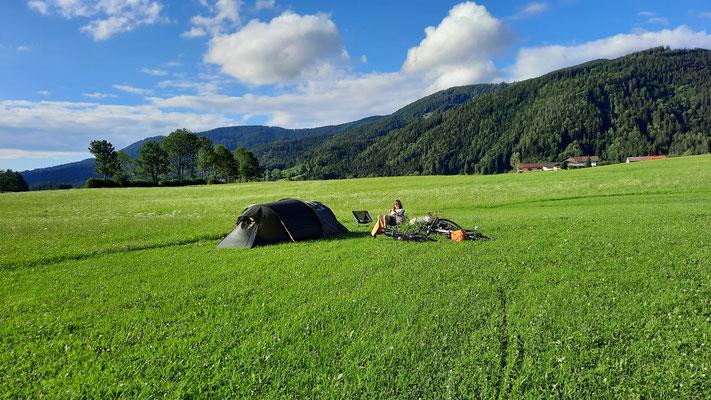 unser Zelt und eine riesige Zeltwiese...