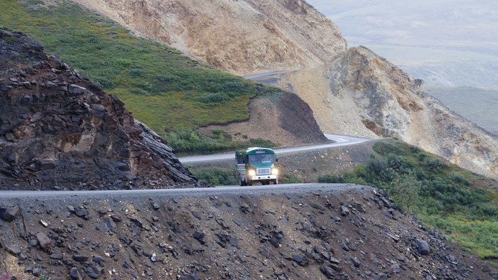 2015: bus in denali national park, alaska (USA)