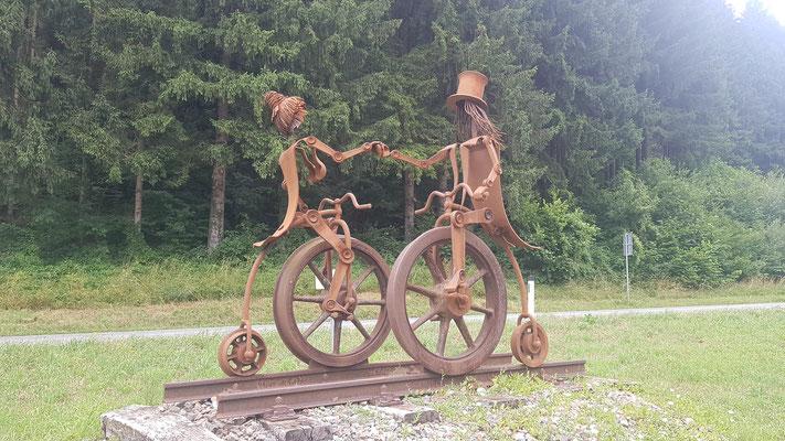 Radfahrerpaar aus dem Schienenstrang der ehemaligen Ybbstalbahnstrasse