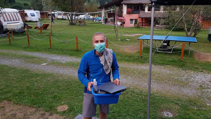 abwaschen mit Maske; in Italien gilt Maskenpflicht in geschlossenen Räumen