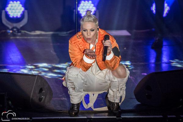 Superstar Pink am 09.12.2017 in der Berliner Columbiahalle, Foto: Dirk Pagels