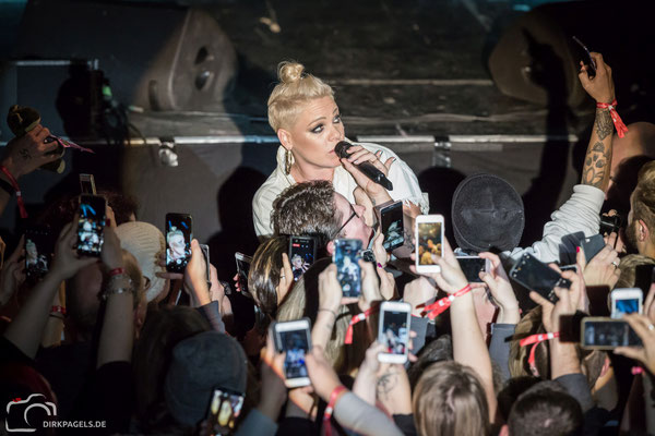 Superstar Pink am 09.12.2017 in der Berliner Columbiahalle, Foto: Dirk Pagels