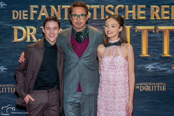 """Robert Downey Jr. mit Carmel Laniado und Harry Collet, bei der Filmpremiere von """"Die fantastische Reise des Dr. Doolittle"""", im Zoo Palast Berlin, Foto: Dirk Pagels"""