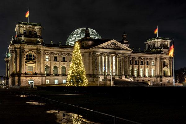 Der Reichstag mit Weihnachtsbaum im Dezember 2019, Foto: Dirk Pagels, Teltow