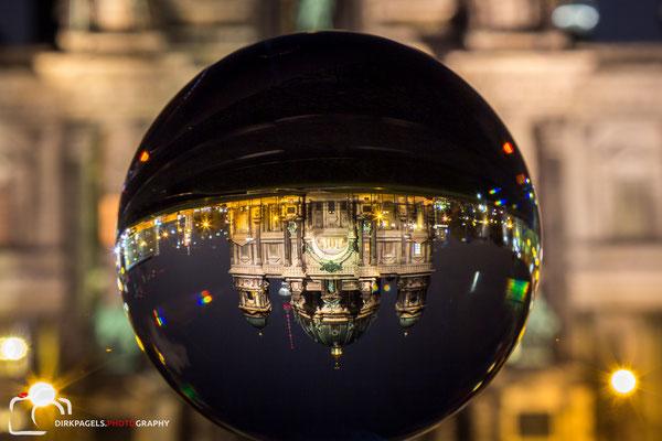 Der Berliner Dom durch die Glaskugel betrachtet,  Foto: Dirk Pagels, Teltow