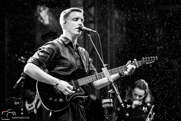 George Ezra am 2. Oktober 2018 am Brandenburger Tor, Foto: Dirk Pagels, Teltow