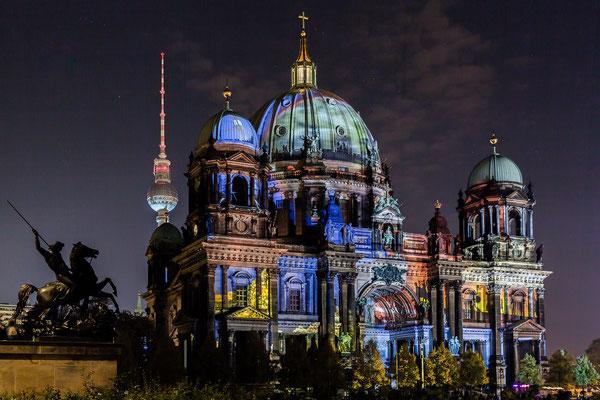 Berliner Dom mit Fernsehturm beim Festival of Lights 2017 in Berlin, Foto: Dirk Pagels
