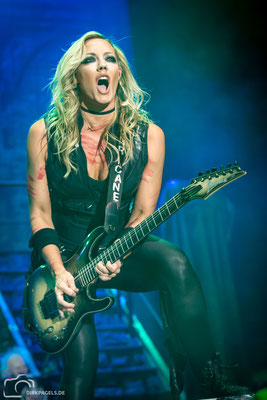 Nita Strauss, Alice Cooper, September 2019, Max-Schmeling-Halle Berlin, Foto: Dirk Pagels