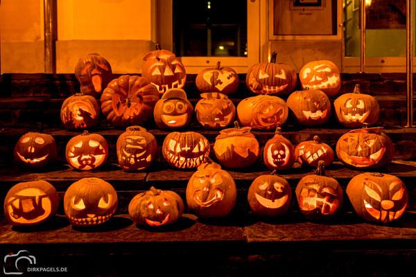 Happy Halloween. Kürbisse vor dem Rathaus Teltow, Foto: Dirk Pagels