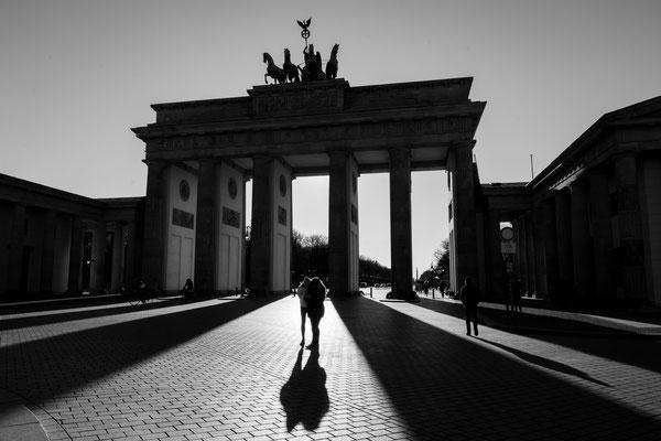 Licht und Schatten vor dem Brandenburger Tor, März 2020, Foto: Dirk Pagels