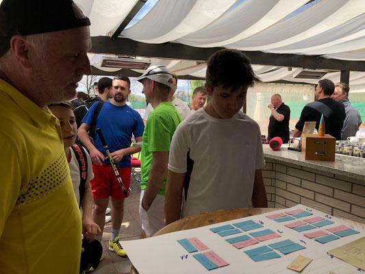 studieren den Turnierplan: Till Gerhardt und Hubert Zittermann