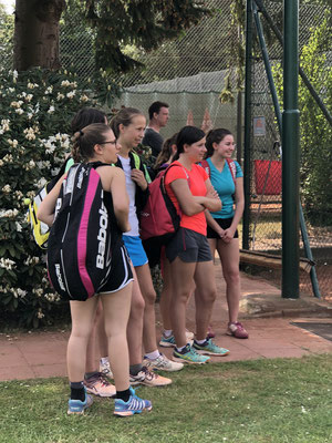 gespannt verfolgen die TCL-Juniorinnen das U18-Halbfinale mit dem späteren Sieger Ben Böhr