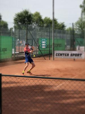 Ben Böhr (TC Bayer Dormagen) gewinnt nach Aufholjagd die U18-Konkurrenz gegen Yannick Mix (THC Brühl)