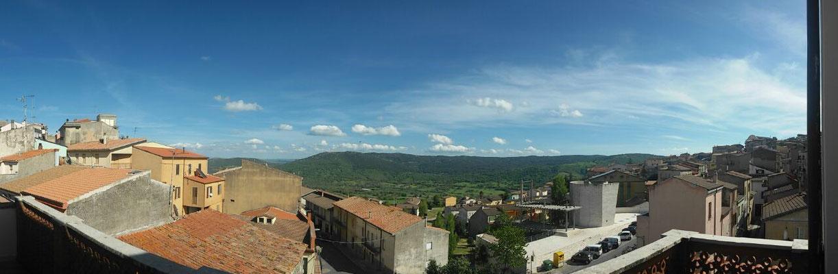 Panorama sud di Pattada visto dalla terrazza dell'hotel.