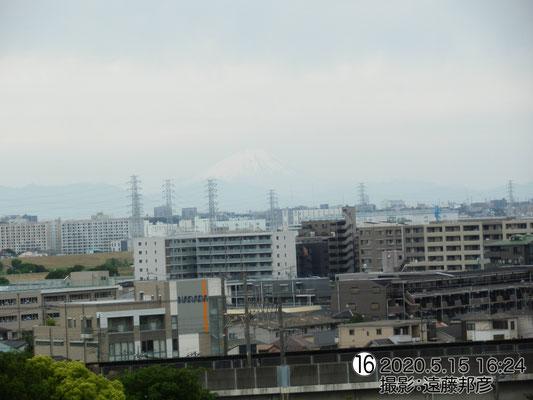 富士山南面に日が当たって白く見えます。分かるかな?