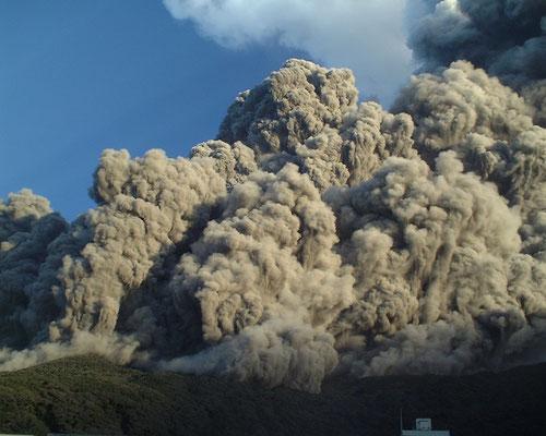 写真1 2000年8月29日早朝に起きた火砕流 撮影:千葉達朗氏