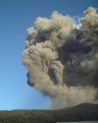 写真3 2000年8月29日早朝に起きた火砕流 撮影:千葉達朗氏