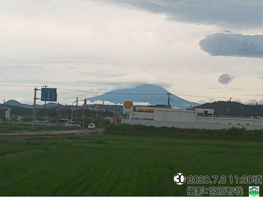 笠雲と、画面右手には3段構造の吊るし雲!