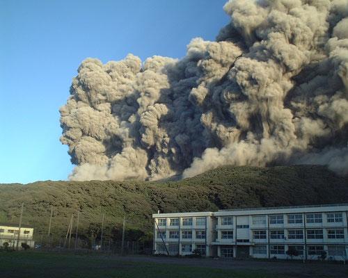 写真2 2000年8月29日早朝に起きた火砕流 撮影:千葉達朗氏