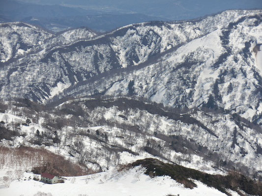 清川行人小屋を望む  (左下)