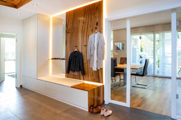 Garderobe mit Schrank, 3 Schubladen für Schuhe, Spiegel mit Ablage und Wandverkleidung zum Öffnen (dahinter liegt der Sicherungskasten)