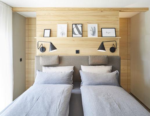Schlafzimmer mit begehbarer Ankleide in Weisstanne